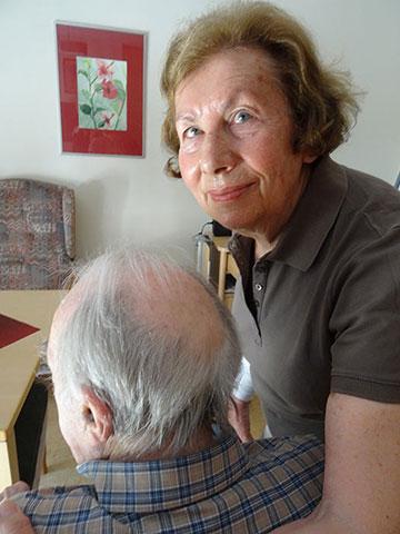 Veronika Höfer zu Besuch bei ihrem Mann im KWA Luise-Kiesselbach-Haus in München. – Foto: Ursula Sohmen.