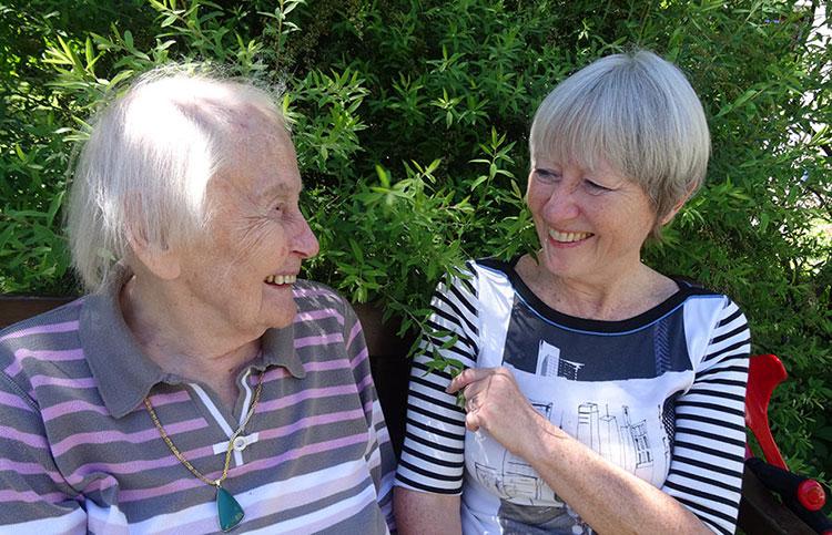 Ingrid Peters zu Besuch bei ihrer Mutter im KWA Luise-Kiesselbach-Haus in München. – Foto: Ursula Sohmen.