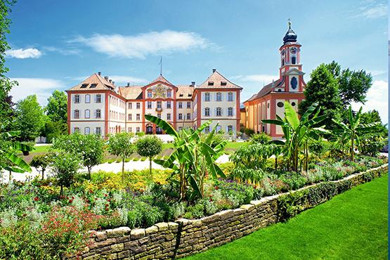 Schloss Mainau und Schlosskirche St. Marien im Sommerflor