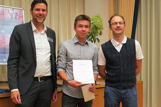 Auch der 3. Preisträger des KWA Schülerliteraturwettbewerbs Baden-Baden, Paul Plonz, wurde angemessen gewürdigt: von Juror Josua Straß (rechts) und Stiftsdirektor Marius Schulze Beiering