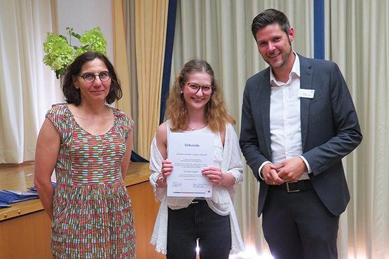 Auf den 2. Platz wurde der Beitrag von Pauline Hoppe gehoben. Hier im Bild mit Jurorin Katrin Zipse und Stiftsdirektor Marius Schulze Beiering
