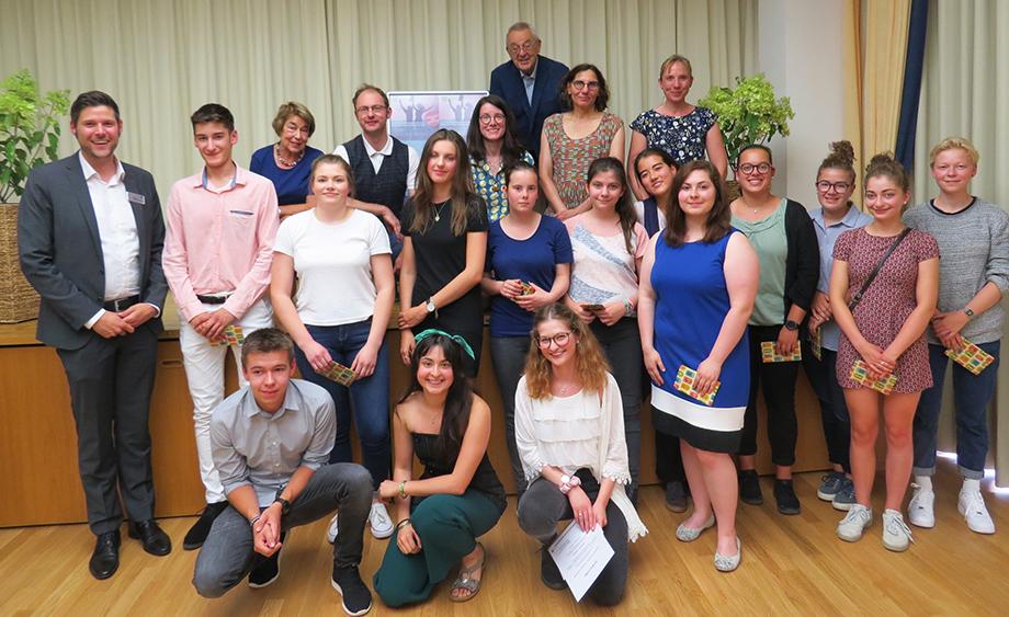 Preisträger des KWA Schülerliteraturwettbewerbs Baden-Baden 2019, im Kreis von anderen Teilnehmern, des Stiftsdirektors und der Juroren