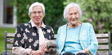 KWA Stift Rupertihof in Rottach-Egern, Bewohnerinnen mit Hund