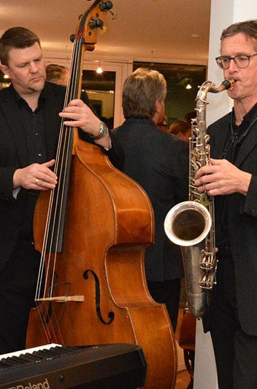 Musikalisch heiter trug das Ernst-Kreuzmair-Trio durch den Abend