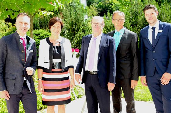 Von links: Marco Kuhn-Schönbeck (scheidender Stiftsdirektor), Margret Mergen (Oberbürgermeisterin von Baden-Baden), Horst Schmieder (KWA Vorstand), Manfred Zwick (neuer Stiftsdirektor), Marius Schulze Beiering (Assistenz der Hausleitung).