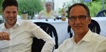 Hausleitungsassistent des Baden-Badener KWA Parkstifts Hahnhof, Marius Schulze Beiering und Stiftsdirektor des KWA Albstifts Aalen, Manfred Zwick. Sommerfest im Parkstift Aeskulap zum 50sten Geburtstag von KWA