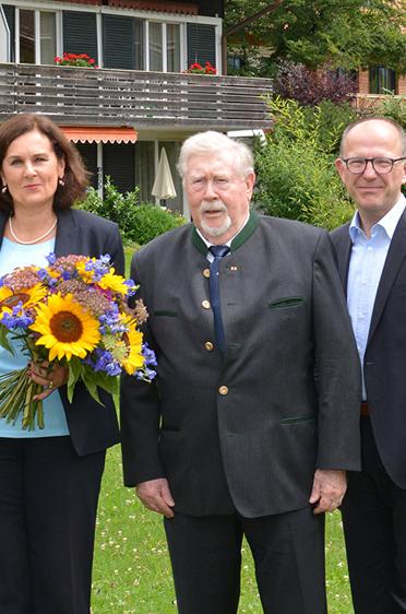 Im Garten des KWA Stifts Rupertihof in Rottach-Egern, v. l.: Christian Köck (Bgm. von Rottach-Egern), Edigna von Godin (Stiftsbeiratsvors.), Lisa Brandl-Thür (Stiftsdirektorin), Hermann Beckmann (KWA Mitbegründer), Dr. Stefan Arend (KWA Vorstand)
