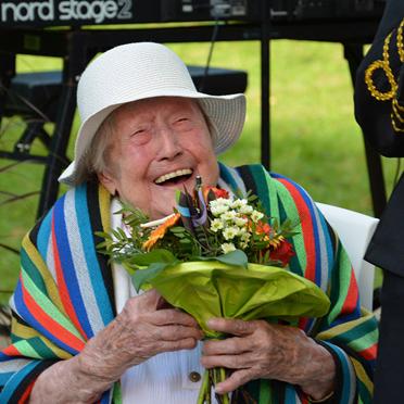 Einen Blumenstrauß bekam eine langjährige Bewohnerin: die 107-jährige Irmgard Hübner. Diese Ehrung der ältesten Bad Krozinger Bürgerin übernahm Bürgermeister Volker Kieber. 50 Jahre KWA - Jubiläumsfeier im KWA Parkstift St. Ulrich