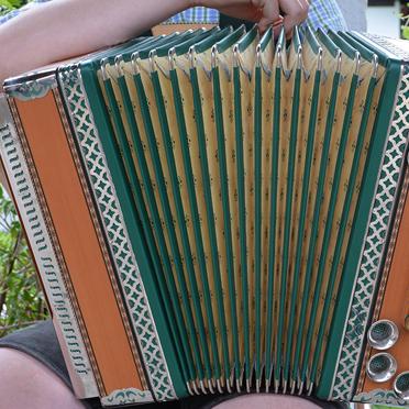 Bei der Feier im Rupertihof zum 50sten Geburtstag von KWA Kuratorium Wohnen im Alter gab es auch Volksmusik: unter anderem von der Steirischen Harmonika