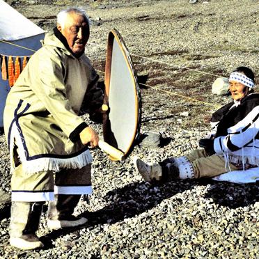 Inuit-Drumdance am Meliadine-River 1995