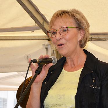 KWA Kundenbetreuerin Petra Domning moderierte das Programm beim Sommerfest im Parkstift Aeskulap zum 50sten Geburtstag von KWA