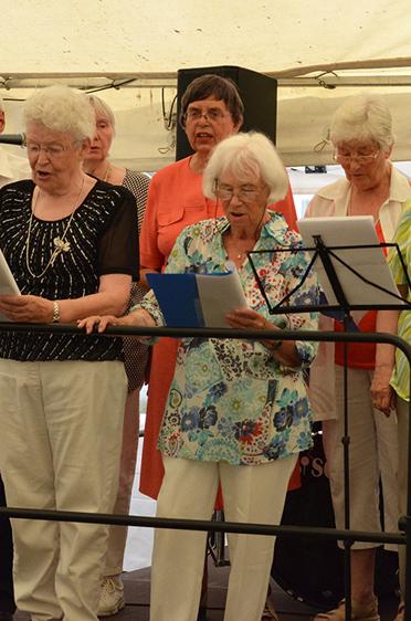 Singkreis des Parkstifts. Sommerfest im Parkstift Aeskulap zum 50sten Geburtstag von KWA