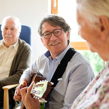KWA Luise-Kiesselbach-Haus in München, ehrenamtlich Engagierter mit Bewohnern