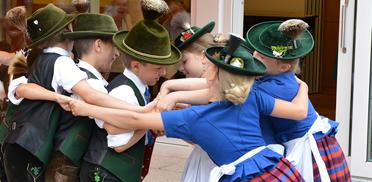 """""""Die jungen Hirschbergler"""", Mitglieder einer Trachtengruppe, bei der Feier im Rupertihof zum KWA Jubiläum"""
