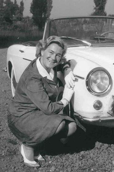 Elga Thouret vor ihrem FIAT Sportwagen