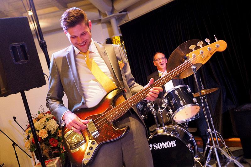 An der Gitarre Marius Schulze Beiering, am Schlagzeug Manfred Zwick, Stiftsdirektor im KWA Albstift Aalen.