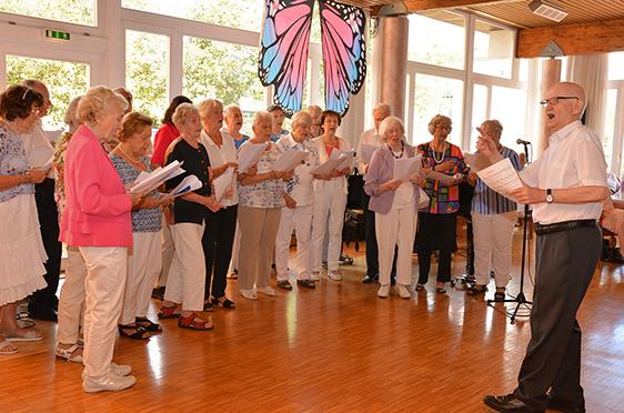 Der Singkreis des KWA Parkstifts Aeskulap unter der Leitung von Anton Kade.