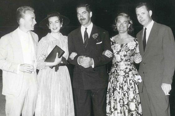 Elga Thouret (2. v. r.) mit griechischen Freunden, bei einem Empfang im kaiserlichen Jagdclub