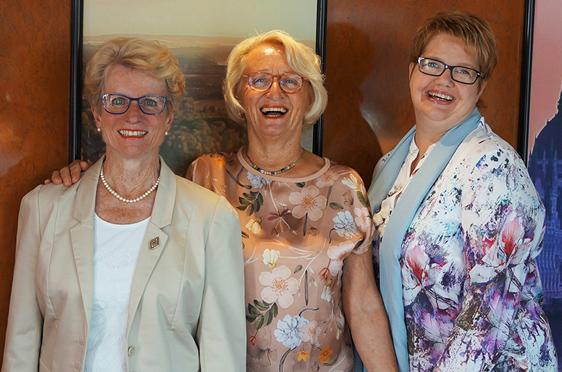 Reisebegleitung. - Von links: Ingrid Schmid, Margret Rosenmüller (Reiseleitung), Christiane Reese