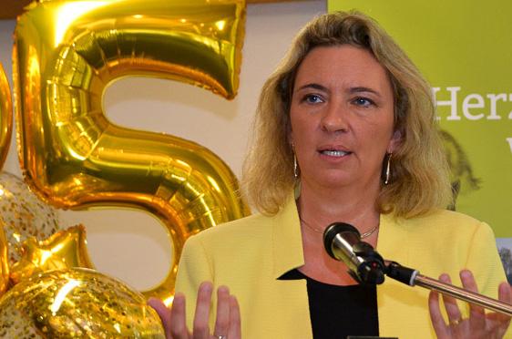 """Kerstin Schreyer, die Bayerische Staatsministerin für Familie, Arbeit und Soziales betonte, dass KWA """"ein verlässlicher Partner für Senioren und auch ein verlässlicher Arbeitgeber"""" sei."""