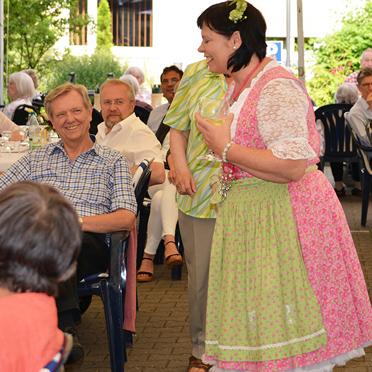 """""""Brezel und Linchen"""" – dargestellt von Bauchrednerin Ulrike Weiß, beim Sommerfest im Parkstift Aeskulap zum 50sten Geburtstag von KWA"""