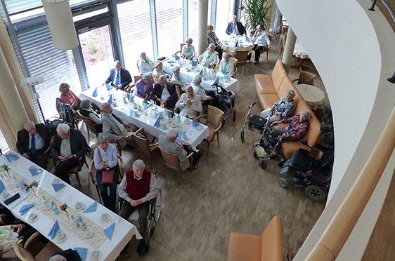 Bewohner des KWA Stifts im Hohenzollernpark bei der 50-Jahre-KWA-Feier - hier im Restaurant
