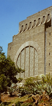 Voortrekkerdenkmal in Pretoria. Der massiveGranitbauwurde zu Ehren derVoortrekkererrichtet, die dieKapkoloniezu Tausenden zwischen 1835 und 1854 verließen, um weitere Gebiete des heutigen Südafrikas zu besiedeln