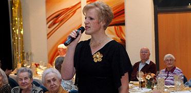 Mitarbeiterin Andrea Wurm - hier als Sängerin bei der 50-Jahre-KWA-Feier im KWA Albstift Aalen.