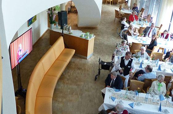 Blick auf das Stiftsrestaurant mit dem Bildschirm, der die Feier übertrug