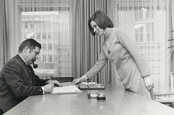 Hermann Beckmann und Helene Fuchs im Büro in der Brienner Straße