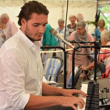 Vinzenz Heinze am Keyboard, Sommerfest im Parkstift Aeskulap zum 50sten Geburtstag von KWA