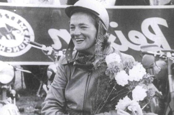 Bei der Deutschlandfahrt 1953 holte Elga Thouret mit ihrer Vespa und der Startnummer 1 die Goldmedaille