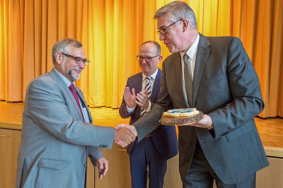 Arnd-Werner Schug beglückwünschte Ortwin Kirchmeier zu seiner neuen Aufgabe und überreichte symbolisch den Schlüssel für das KWA Stift im Hohenzollernpark.