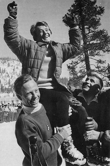 Heidi Biebl mit dem Sieger der Vierschanzentournee von 1960, Max Bolkart (links) und dem siebenmaligen Deutschen Skimeister (versch. Disziplinen) Sepp Behr.