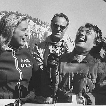 Olympiasiegerin Heidi Biebl (rechts) mit der US-Skirennläuferin Penny Pitou, die in Squaw Valley in der Abfahrt Silber holte.