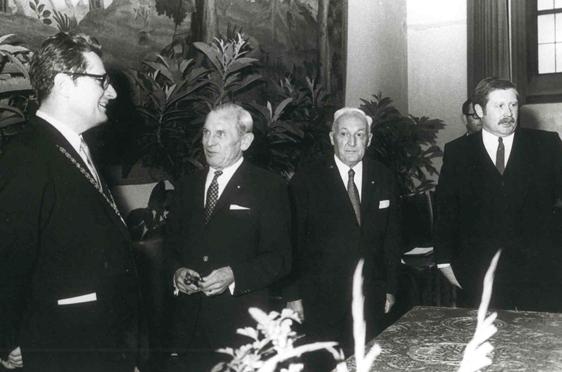 Ehrenpreis der Stadt München für guten Wohnungsbau, überreicht von Oberbürgermeister Hans-Jochen Vogel, am 15. Juni 1970