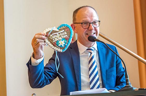 KWA Vorstand Dr. Stefan Arend begrüßte Ortwin Kirchmeier unter anderem mit einem Lebkuchenherz, das er aus München mitgebracht hatte.