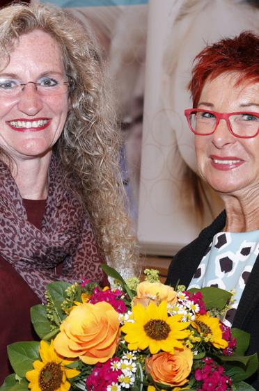 Reserl Sem, Landtagsabgeordnete (rechts) und Manuela Schachtner, stellvertretende Leiterin des KWA Bildungszentrums in Pfarrkirchen