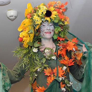 Und auch die Blumenfee geistert schon durchs Haus: Anna-Lena Wiedemann - auf Stelzen!