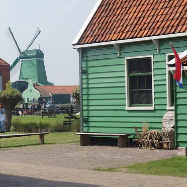 Im Gebiet der 'Zaanse Schans'  finden sich authentische Häuschen, Mühlen, eine Zinnfabrik, einen Käse- und Milchbetrieb und andere Handwerkszünfte