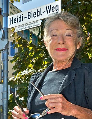 Heidi-Biebl-Weg in Oberstaufen: Er wurde der Olympiasiegerin von 1960 im Jahr 2011 gewidmet.