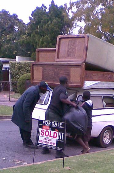 Verkauf des Heimatsitzes (2010), die verkauften Möbelstücke wurden abgeholt