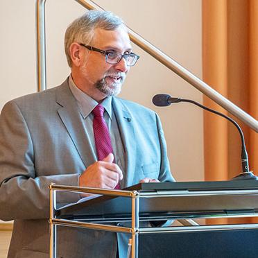 Stiftsdirektor Ortwin Kirchmeier, hier bei seiner ersten offiziellen Ansprache vor Bewohnern und Gästen des KWA Stifts im Hohenzollernpark.