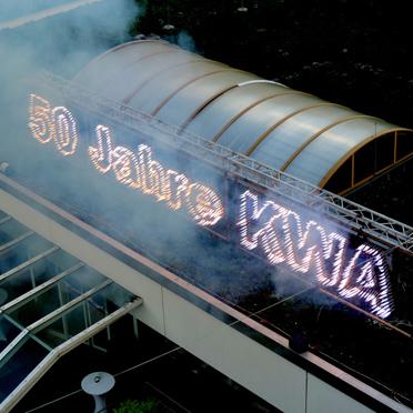 """Krönender Abschluss - der feurige Schriftzug """"50 JAHRE KWA"""" am Dach des Eingangsbereiches"""