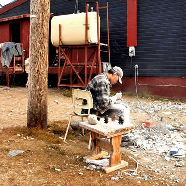 Inuit-Künstler beim Steinschneiden