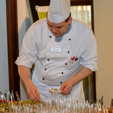 Der Küchenchef des KWA Stifts am Parksee, Florian Übelhör, zauberte mit seinem Team ein Flying Buffet vom Feinsten.