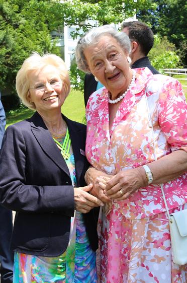 Augusta Koch, Stiftsbeiratsvorsitzende (re.) und Claudia Webel-Sonnenfeld (Betriebsrat),  40 Jahre KWA Parkstift Hahnhof und 50 Jahre KWA - Jubiläumsfeier