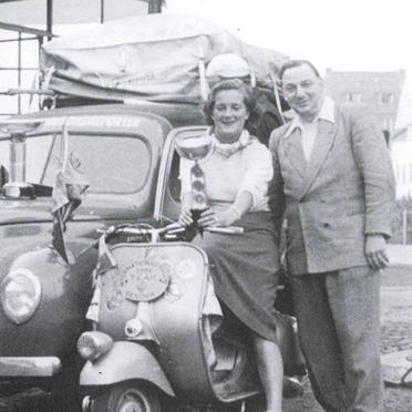 Anneliese (2. v. l.), Ilse (3. v. l.) und Elga Thouret (2. v. r.) bei Ihrer Rückkehr von der Rallye Genova im Jahr 1951; Die vier Vespa-Fahrer der Hoffmann-Werke brachten fünf Pokale mit nach Hause