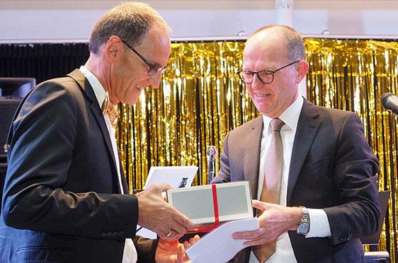 KWA Albstift Aalen: Manfred Zwick (links) wird von KWA Vorstand Dr. Stefan Arend für 20 Jahre Mitarbeit bei KWA geehrt.