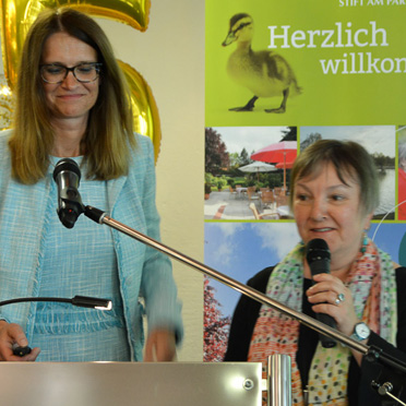 Stiftsdirektorin Alexandra Kurka-Wöbking und Gundi Edhofer-Simon, die Leiterin der Sozialen Betreuung, präsentierten Fotos aus 35 Jahren KWA Stift am Parksee.